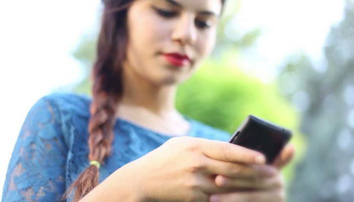 अविवाहित युवतीहरूलाई मोबाइल बोक्न प्रतिबन्ध