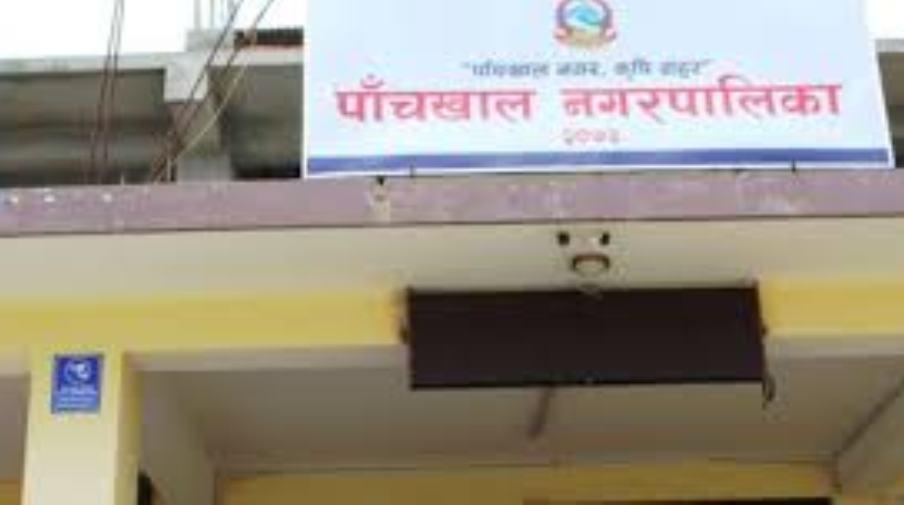 पाँचखाल नगरपालिका कार्यालय प्रवेश गर्दा गुण्डागर्दी शैलीमा कर असुली
