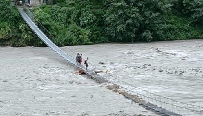 झोलुंगे पुलमाथि नदी बग्न थालेपछि आवतजावतमा समस्या
